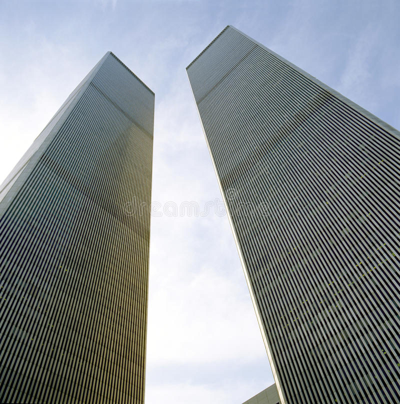 El mirar para arriba las torres del World Trade Center foto de archivo libre de regalías