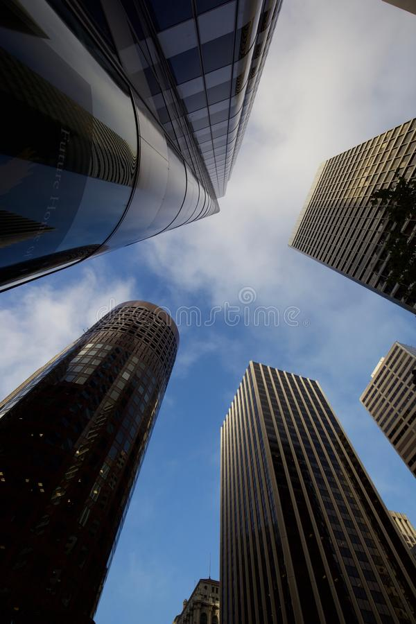 El mirar para arriba los rascacielos en San Francisco foto de archivo
