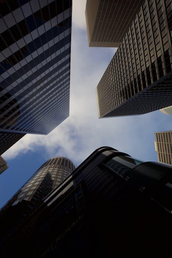 El mirar para arriba los rascacielos en San Francisco imagen de archivo