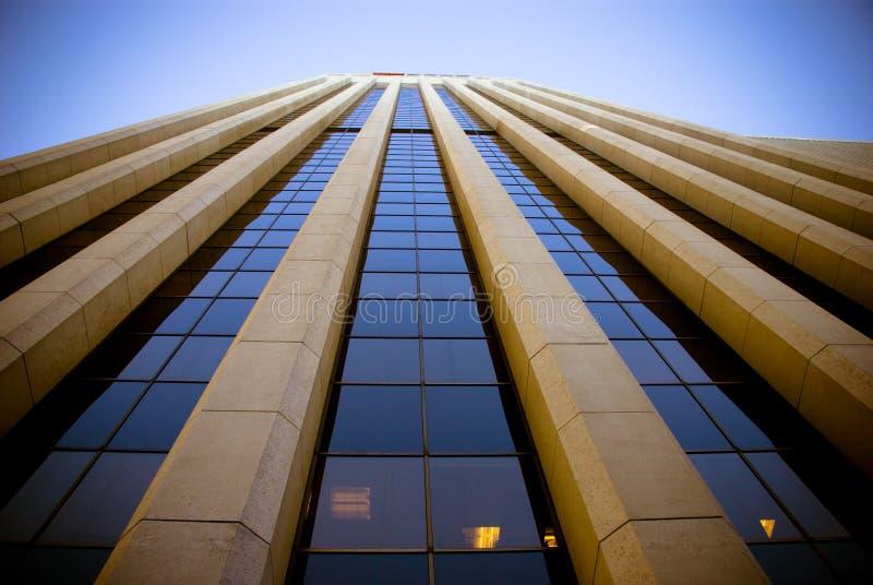 El mirar para arriba un rascacielos imagen de archivo