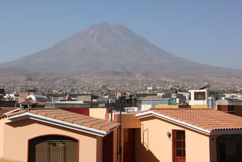 El Misti возвышаясь над Arequipa стоковое изображение rf