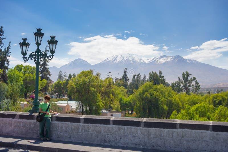 El Misti Volcano som omkring får i Arequipa, Peru royaltyfri bild