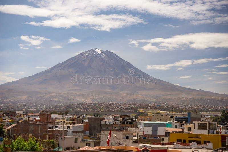El Misti wulkan w Arequipa, sławnym podróży miejscu przeznaczenia i punkcie zwrotnym w Peru, obraz royalty free