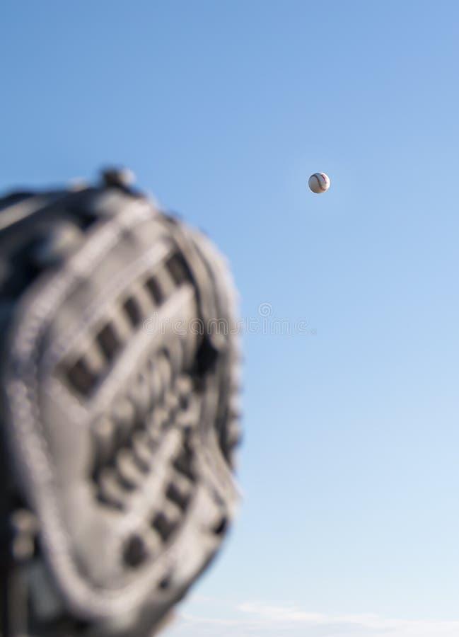 El mitón del colector listo para coger un béisbol imagen de archivo libre de regalías
