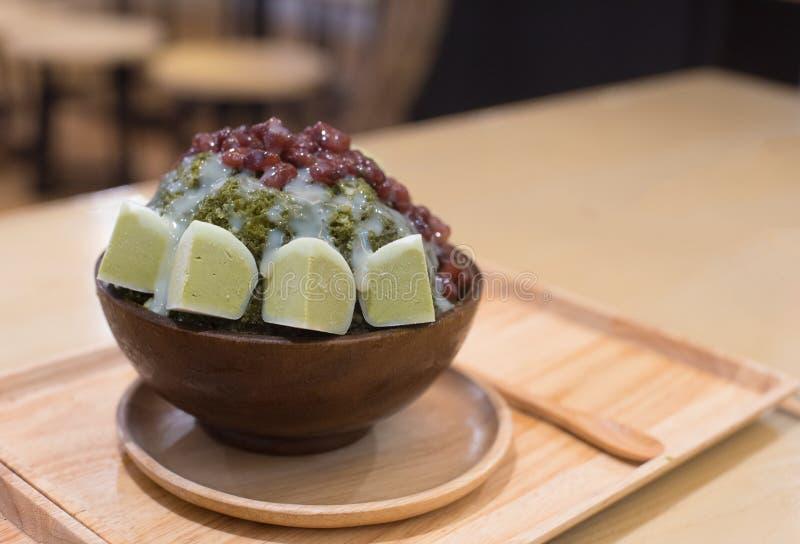 El mochi del té verde heló la crema y afeitó el hielo con rojo fotos de archivo