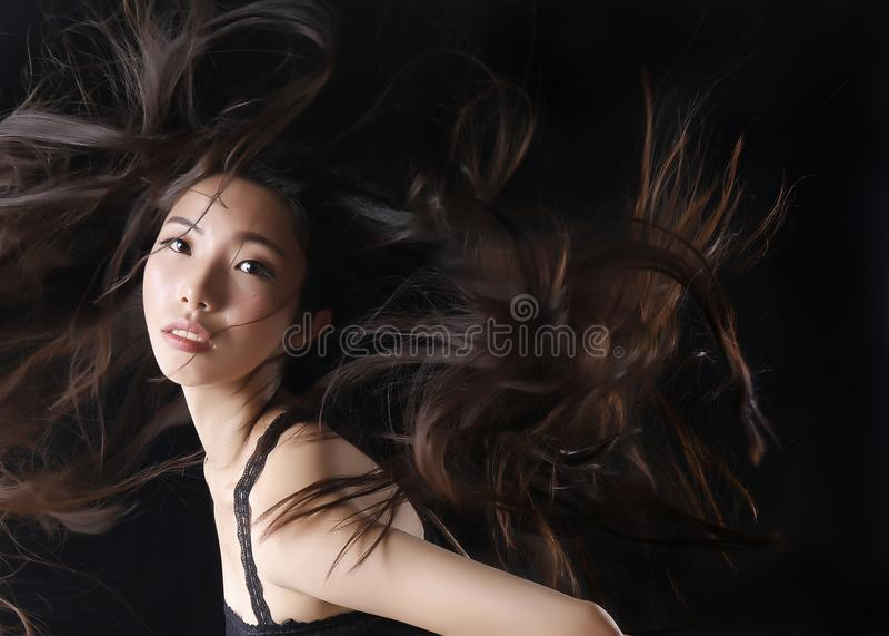 El modelo asiático de la belleza muestra el pelo hermoso foto de archivo