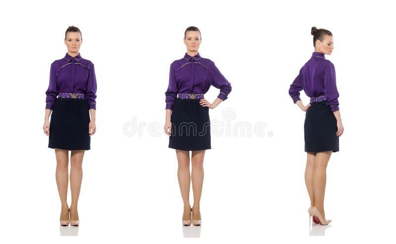 El modelo bonito que lleva la blusa p?rpura aislada en blanco imagen de archivo