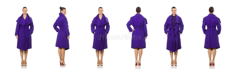 El modelo caucásico en la capa púrpura aislada en blanco fotos de archivo