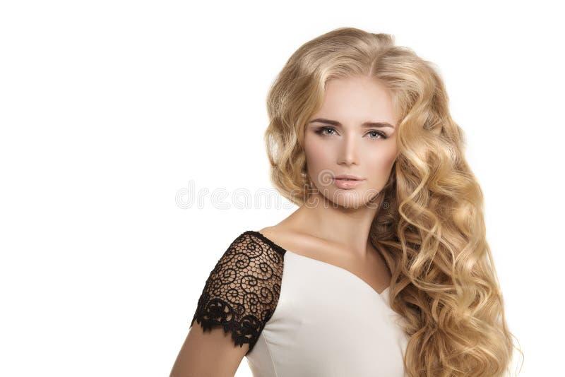 El modelo con las ondas largas del Blonde del pelo encrespa el salón de pelo del peinado Upd imagen de archivo