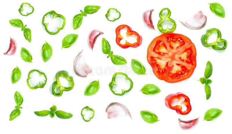 El modelo creativo de la comida con las verduras frescas, las hierbas y las especias es foto de archivo