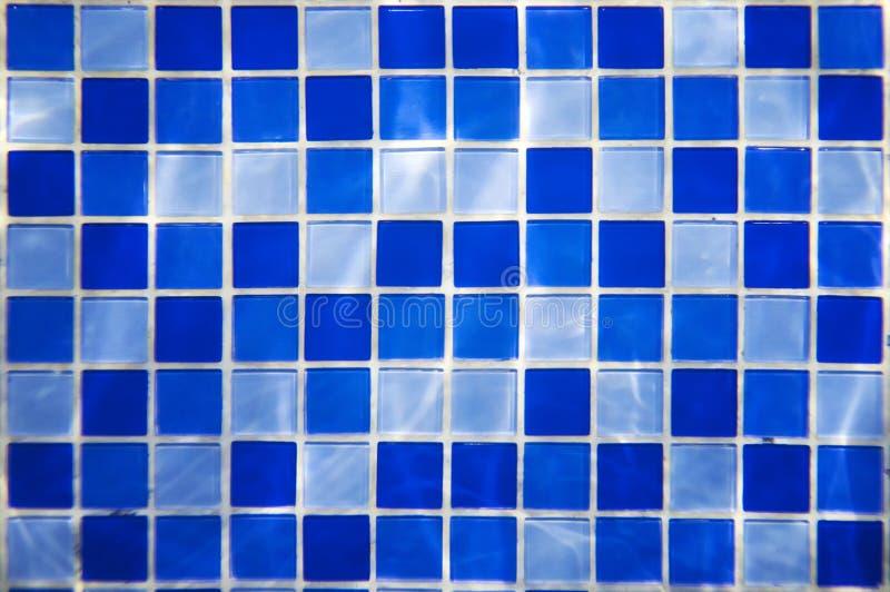 El modelo cuadrado de las tejas azules y azules claras para las paredes y el piso del baño diseño de la piscina diseña o El agua  fotos de archivo