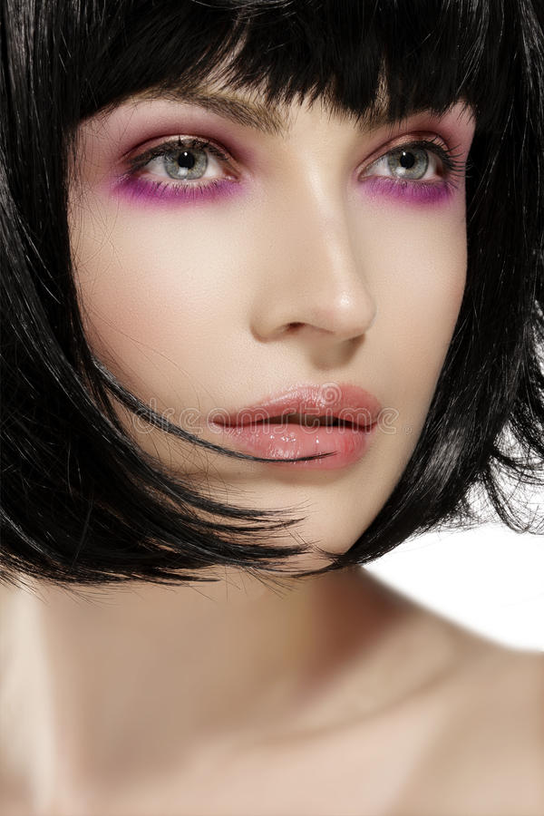 El modelo de la belleza hairstyled y el primer del maquillaje de las sombras de ojos del rosa fotografía de archivo libre de regalías