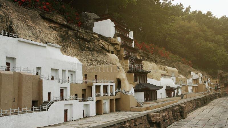 El modelo de la casa china artificial del pueblo y el edificio cerca de la montaña en China espléndida cultural parquean en Shenz fotos de archivo libres de regalías