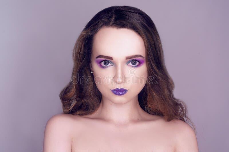 El modelo de moda con rosa creativo y el azul componen Retrato del arte de la belleza de la muchacha hermosa con maquillaje abstr foto de archivo libre de regalías