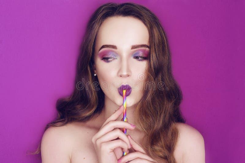 El modelo de moda con rosa creativo y el azul componen Retrato del arte de la belleza de la muchacha hermosa con maquillaje abstr fotografía de archivo