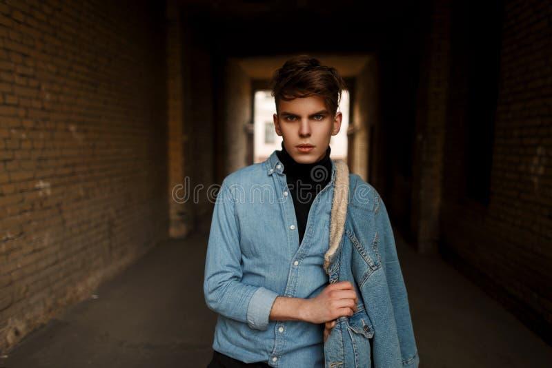 El modelo de moda del hombre en vintage del dril de algodón viste en la calle imágenes de archivo libres de regalías