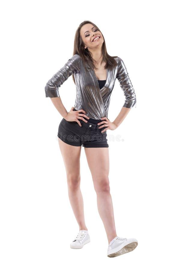 El modelo de moda femenino joven hermoso en estilo lujoso de la calle viste la presentación y la sonrisa foto de archivo