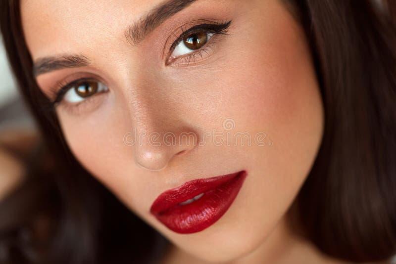 El modelo de moda Girl With Beauty hace frente, maquillaje hermoso, labios rojos fotos de archivo libres de regalías