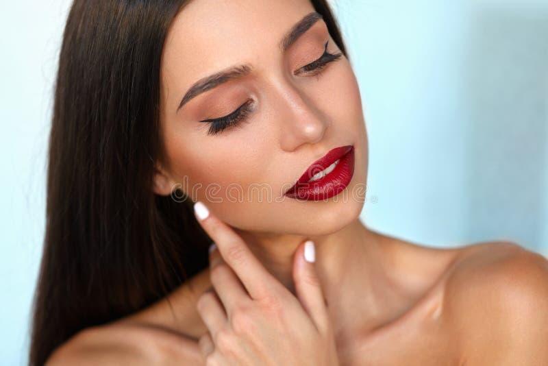 El modelo de moda Girl With Beauty hace frente, maquillaje hermoso, labios rojos imágenes de archivo libres de regalías