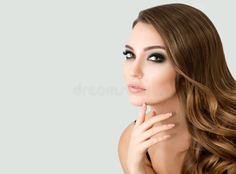 El modelo de moda hermoso con compone, piel fresca perfecta y Lon imagenes de archivo