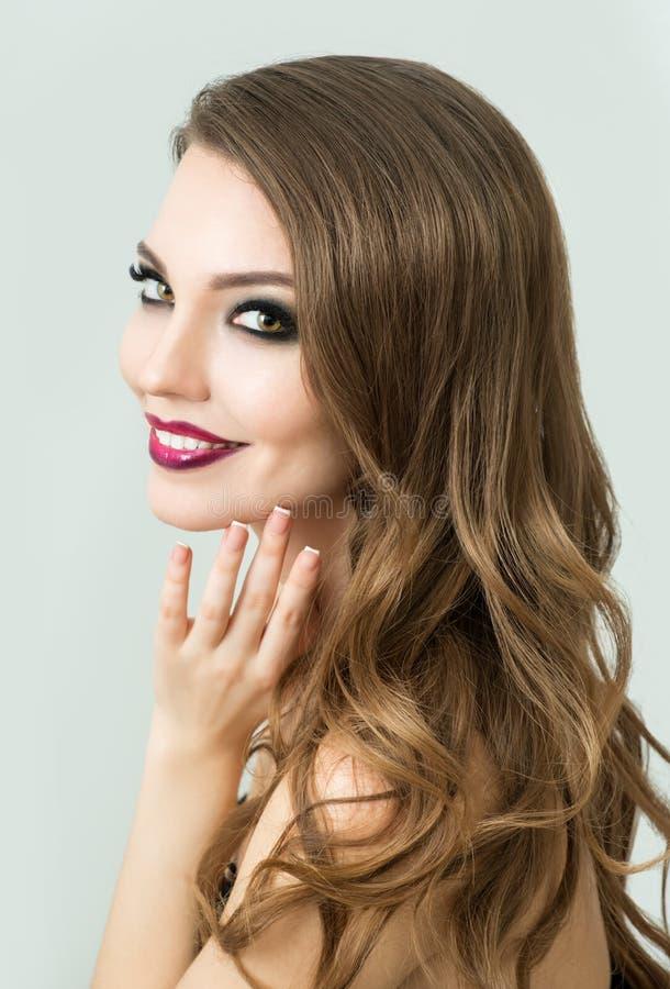 El modelo de moda hermoso con compone, piel fresca perfecta y Lon imágenes de archivo libres de regalías