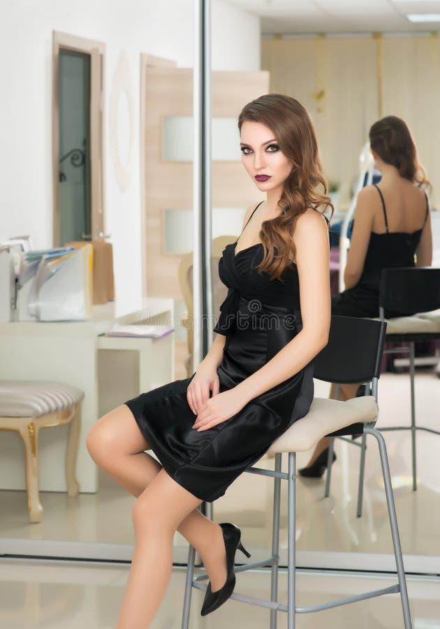 El modelo de moda hermoso con compone, piel fresca perfecta y Lon fotos de archivo