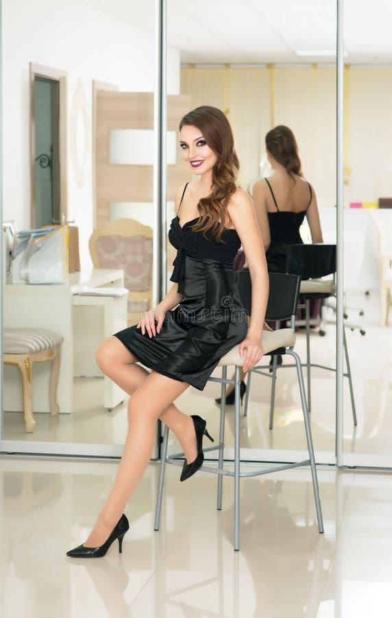El modelo de moda hermoso con compone, piel fresca perfecta y Lon imagen de archivo