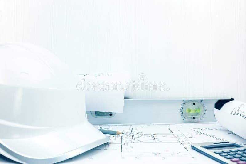 El modelo del arquitecto los dibujos rueda y de construcción, dirigiendo foto de archivo libre de regalías