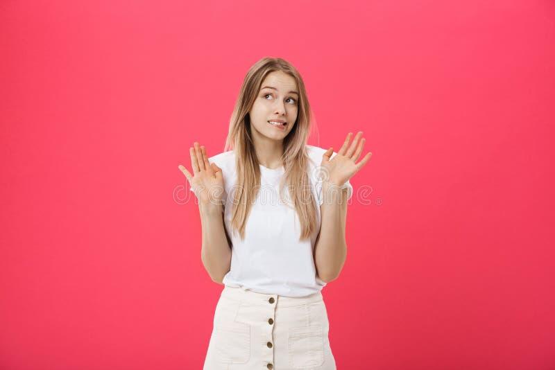 El modelo femenino descontentado con la piel pecosa, aumenta las cejas y frunce el ceño cara, hace gesto de la denegación, dice n imagen de archivo libre de regalías