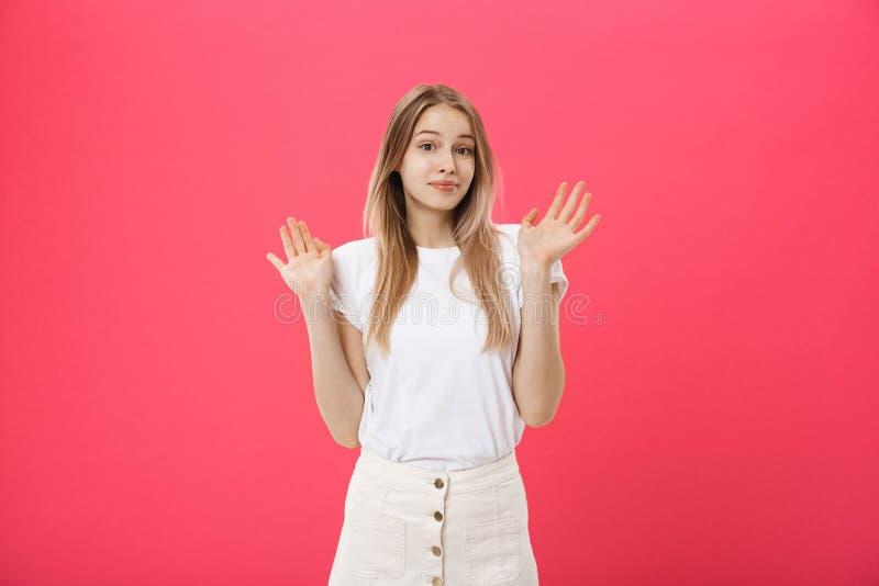 El modelo femenino descontentado con la piel pecosa, aumenta las cejas y frunce el ceño cara, hace gesto de la denegación, dice n fotografía de archivo libre de regalías
