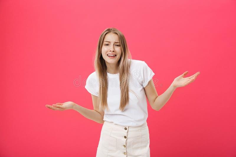El modelo femenino descontentado con la piel pecosa, aumenta las cejas y frunce el ceño cara, hace gesto de la denegación, dice n fotografía de archivo