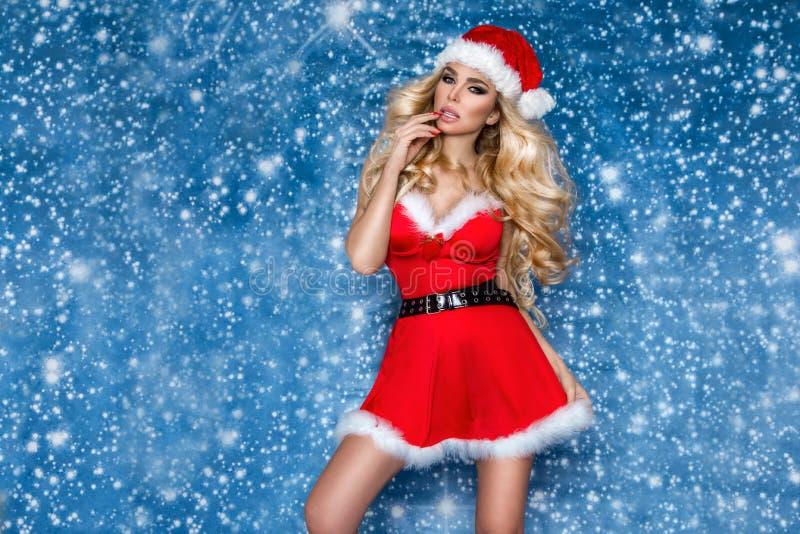 El modelo femenino rubio atractivo hermoso se vistió en un sombrero y un vestido de Santa Claus Muchacha sensual para la Navidad fotografía de archivo libre de regalías