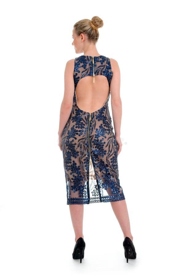El modelo hermoso con la demostración del pelo rubio imprimió el vestido azul para el cata fotografía de archivo