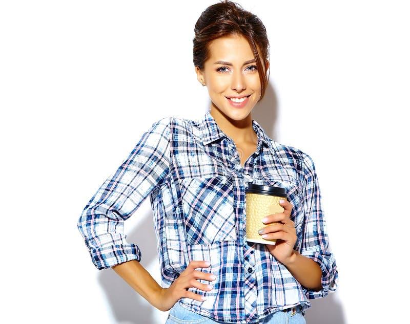 El modelo hermoso de la muchacha en verano casual viste sin maquillaje en el fondo blanco imagen de archivo
