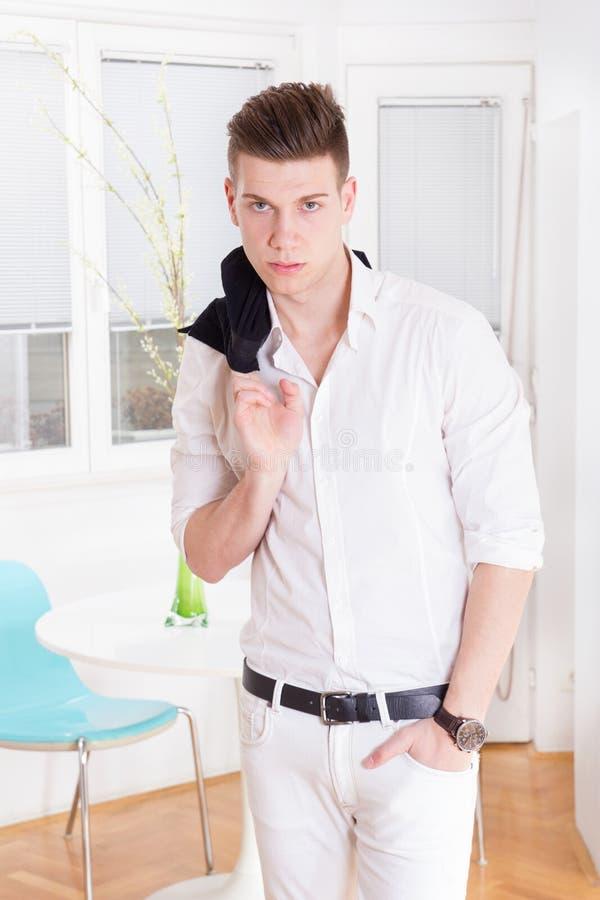 El modelo masculino de la moda atractiva vistió la presentación elegante, casual imagen de archivo