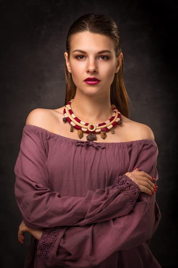 El modelo moreno femenino hermoso en accesorios hechos a mano forma el collar de la joyería fotos de archivo libres de regalías