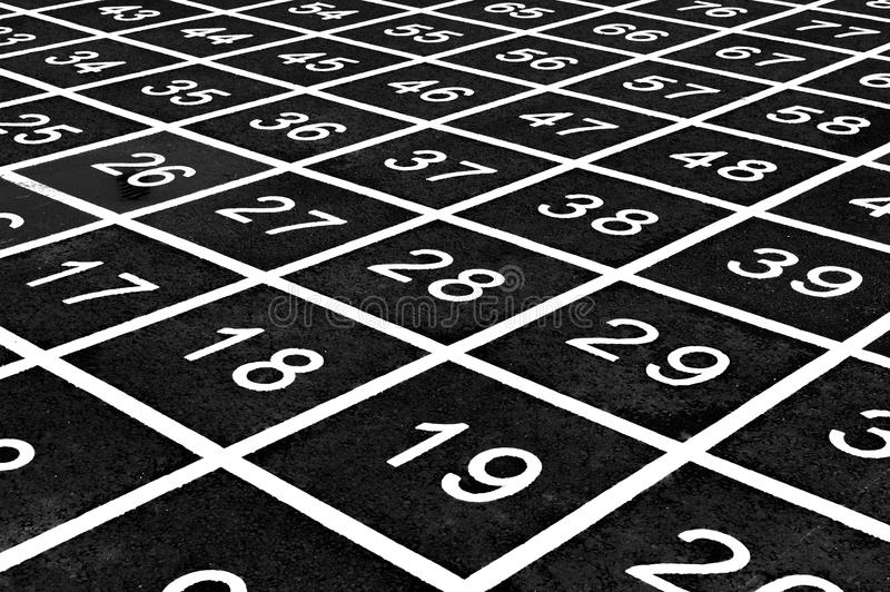 El modelo repetidor de números en un patio crea una ilusión óptica imagenes de archivo