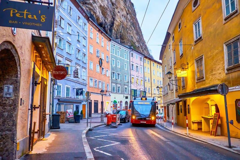 El moderno trolebús recorre la calle Gstattengasse en Salzburgo, Austria foto de archivo libre de regalías