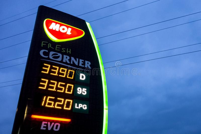 El MOL de gasolinera en Ostrava que presenta precios del combustible ofrecido imagen de archivo libre de regalías