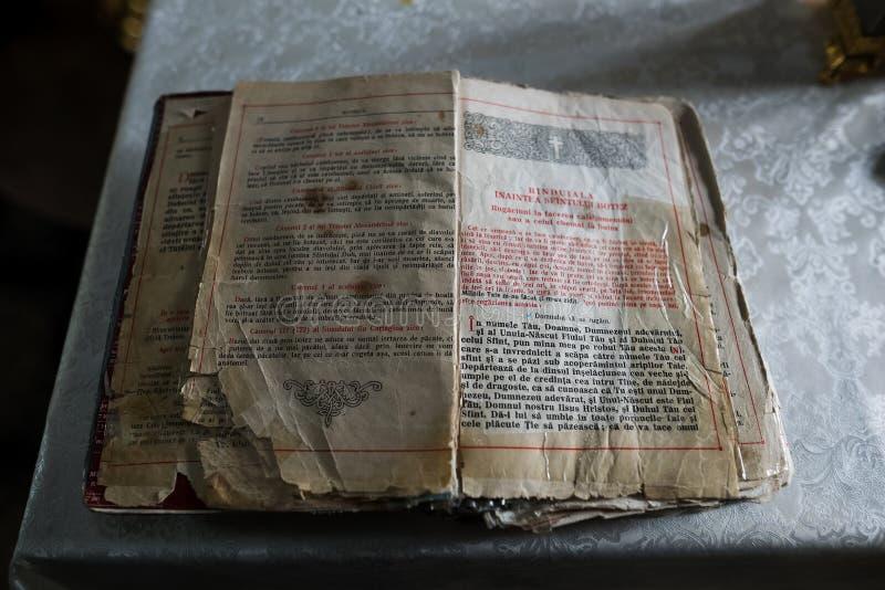 El Moldavia, Chisinau - 6 de abril de 2018: Primer del libro ortodoxo viejo abierto en lengua rumana fotografía de archivo