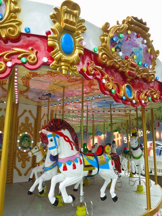 02 01 2019, el Moldavia, Chisinau: Tradicional 'Merry-van-round' los caballos del carrusel fotos de archivo