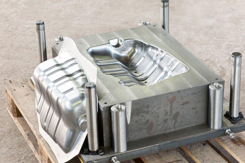 El molde industrial de la matriz del metal con hierro listo muere/espacio en blanco imagen de archivo