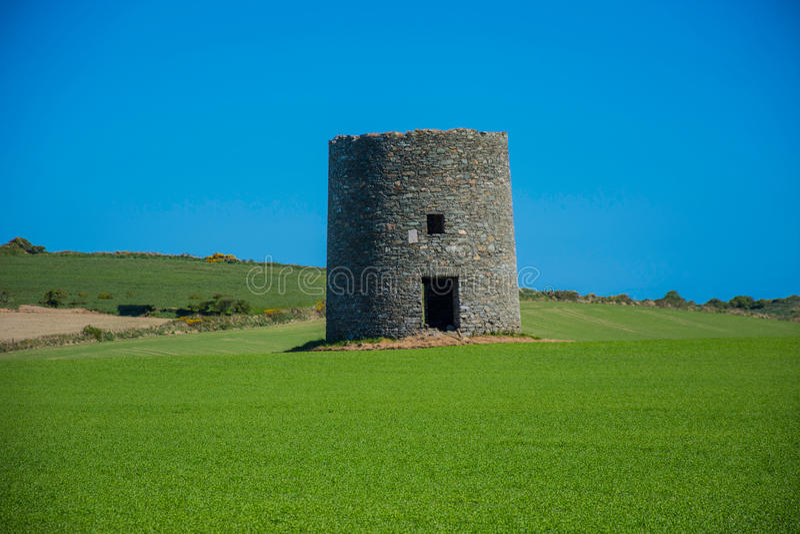 El molino de viento abandonado en Kearney 4, Irlanda del Norte tercera salió de paisaje imágenes de archivo libres de regalías