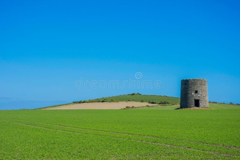 El molino de viento abandonado en Kearney 5, Irlanda del Norte tercera salió de paisaje fotografía de archivo