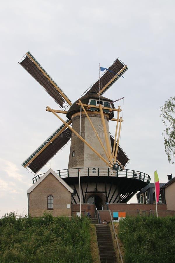 El molino de viento nombró el windlust con las velas en las alas en la guarida aan IJsse de Nieuwerkerk imagenes de archivo