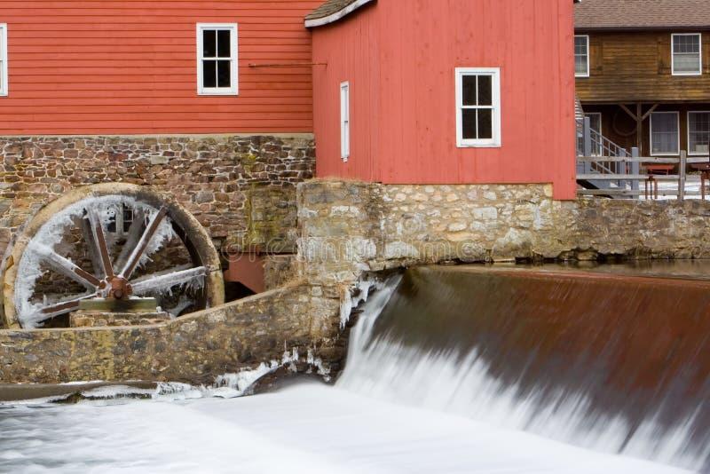 El molino rojo con las cascadas foto de archivo libre de regalías