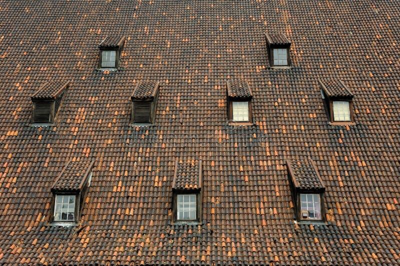 El molino viejo tejó las ventanas Gdansk del tejado imágenes de archivo libres de regalías