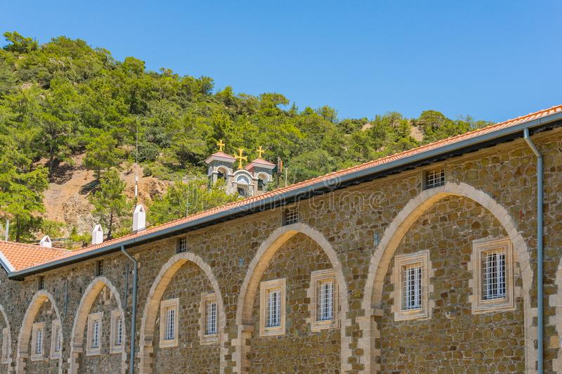 El monasterio antiguo de Kykkos es la capilla principal de Chipre El campanario de piedra situado en la cuesta de montaña sobre e imagen de archivo