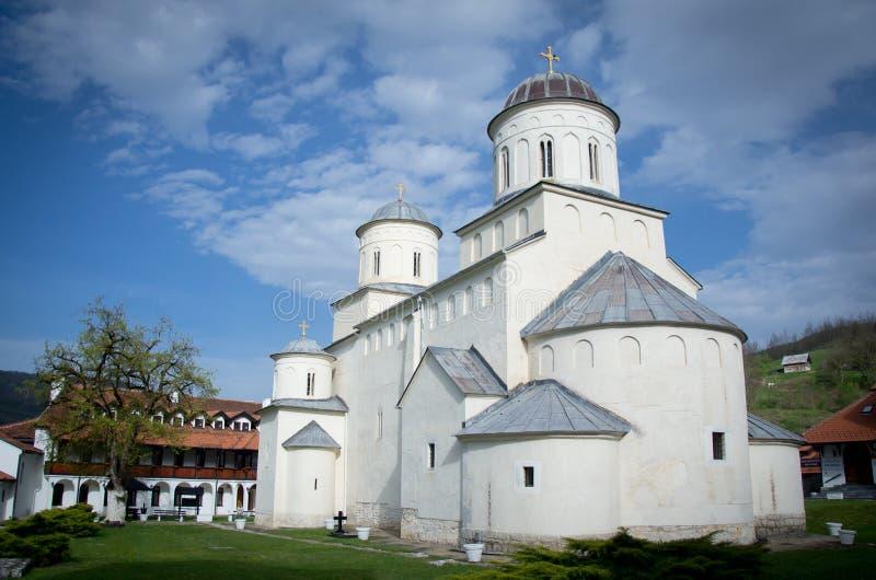 El monasterio de Mileseva el día soleado con el cielo azul y las nubes, fotografía de archivo