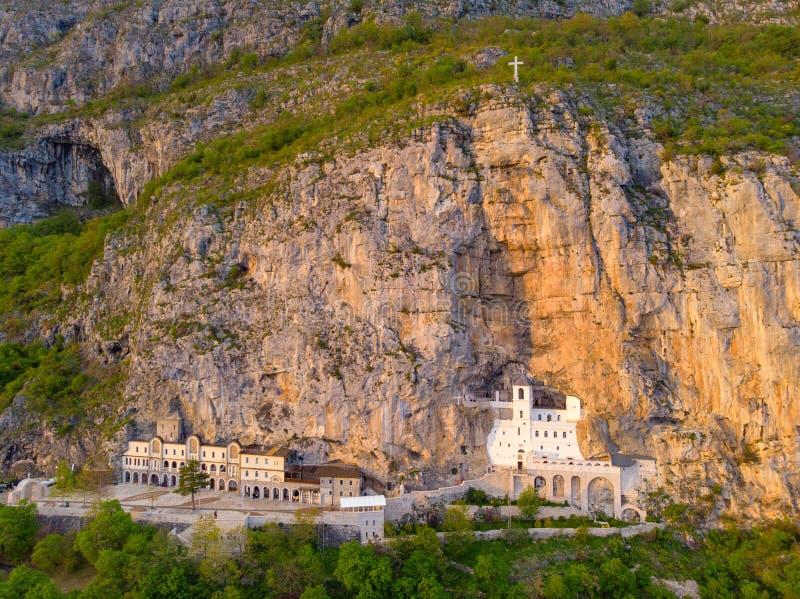 El monasterio de Ostrog es un monasterio de la iglesia ortodoxa servia colocada contra una roca casi vertical de Ostroska Greda,  fotografía de archivo